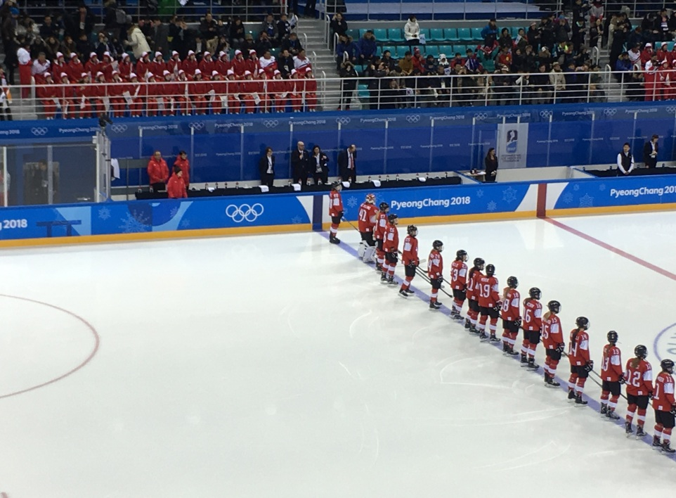 Les pom-pom girls avant le match de hockey