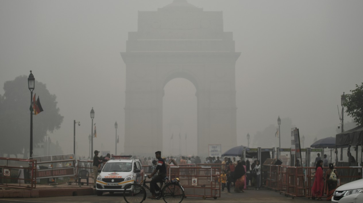L'India Gate noyé dans un brouillard de pollution, à New Delhi, le 3 novembre 2019