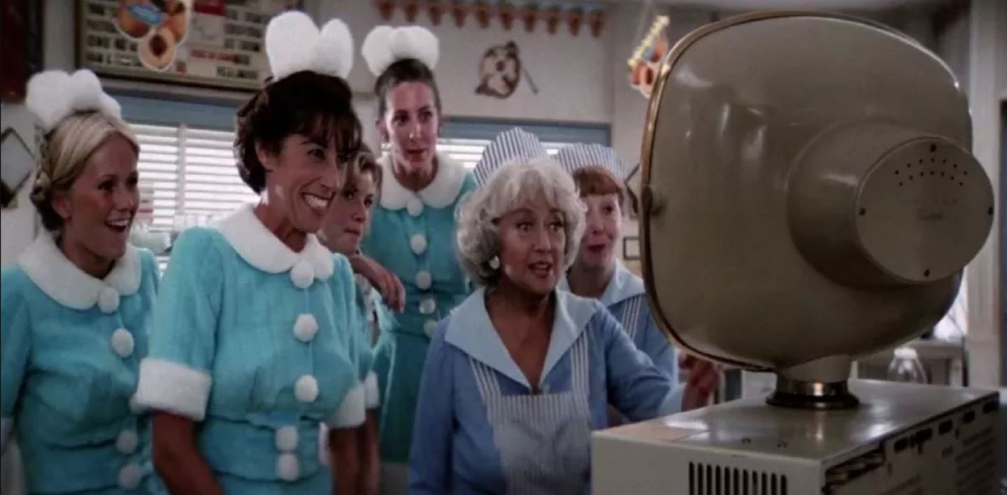 La soeur de John Travolta (brune au premier plan) dans le film Grease