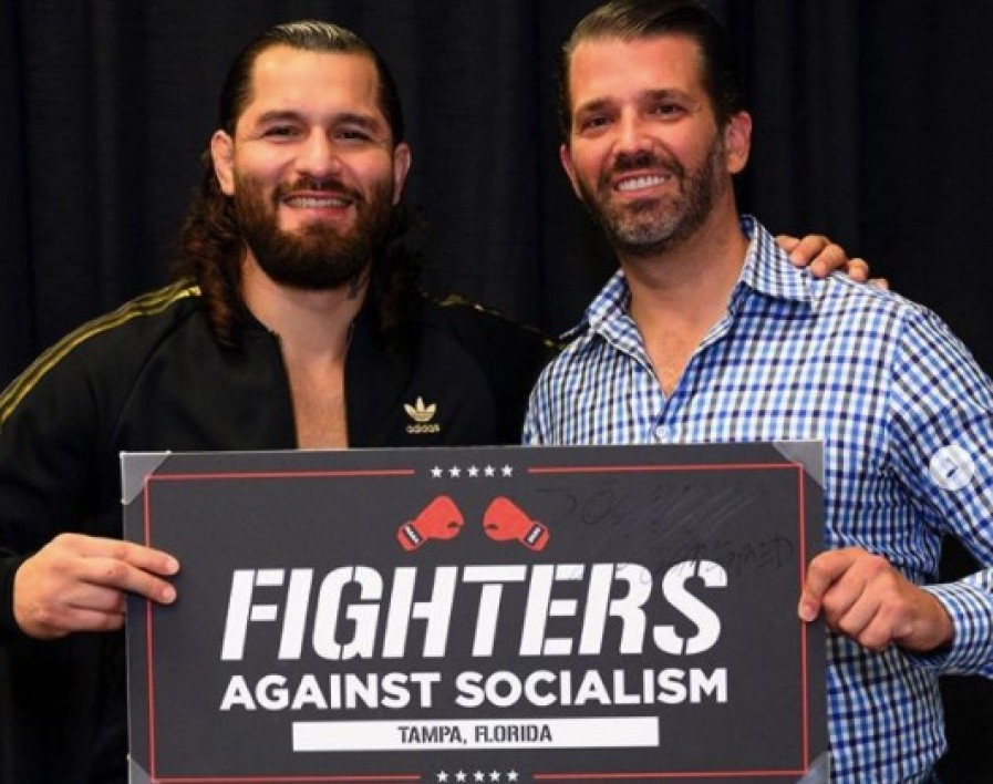 "Jorge Masvidal (à gauche) et Donald Trump Jr lors de la tournée ""Fighters Against Socialism"" en Floride en octobre 2020"