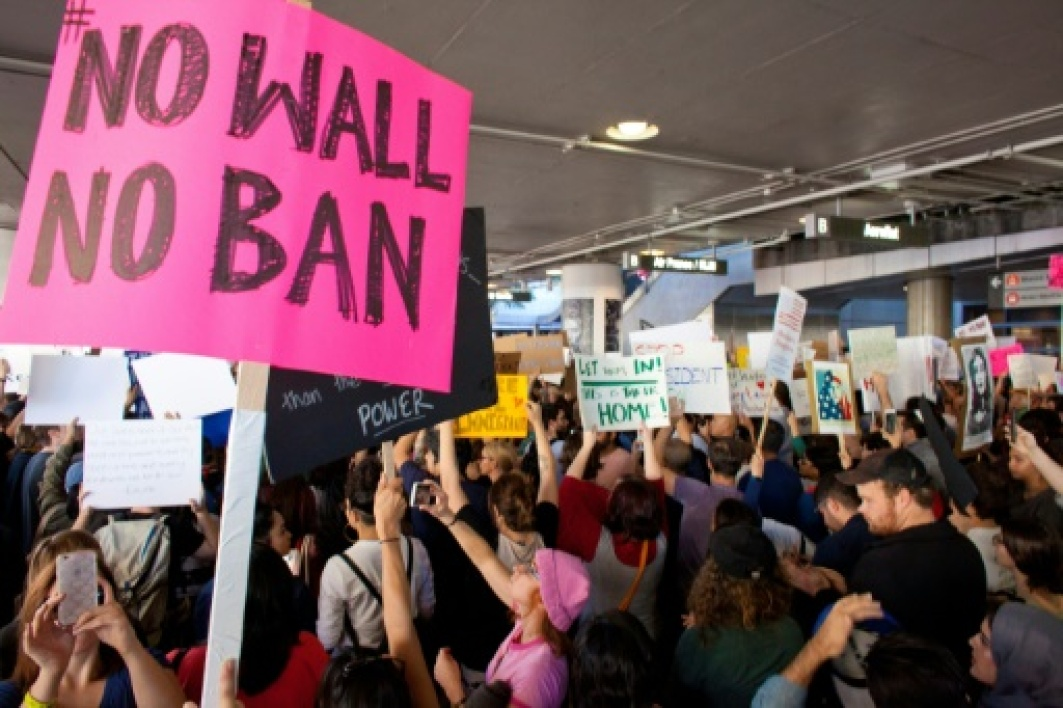 Des opposants au décret Trump limitant l'immigration manifestent à l'aéroport JFK de New York, le 30 janvier 2017