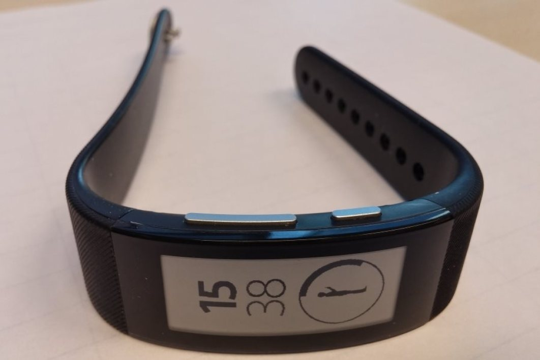 SmartBand Talk : un bouton de menu et des touches de volume font leur apparition.