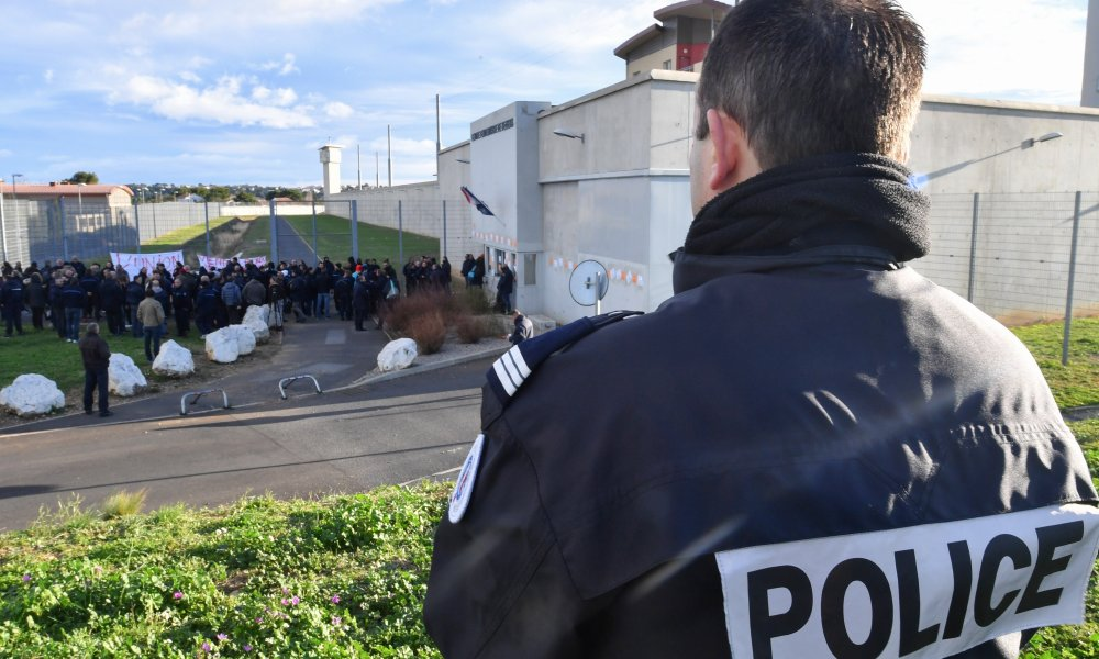 Striking prison guards demonstrate outside the Beziers prison on January 22, 2018, as part of a nationwide movement to call for better safety and wages.  PASCAL GUYOT / AFP