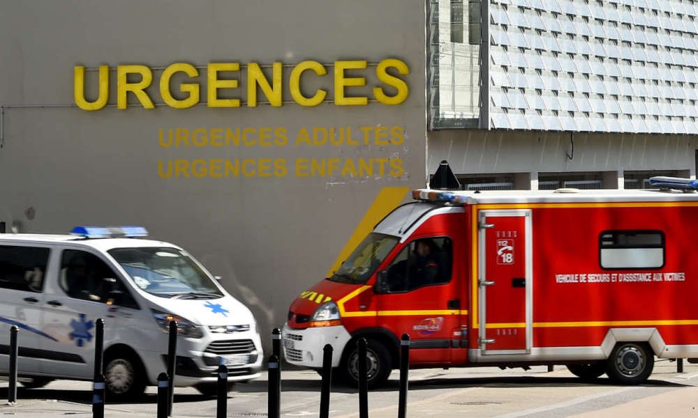 An ambulance and a firefighter truck drive in front of the emergency service of the Nantes CHU Hospital on March 16, 2017 in Nantes, western France. Police - Pompiers - Urgences