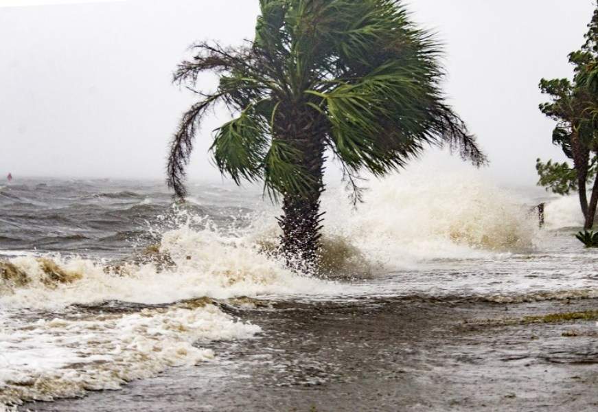 SHELL POINT BEACH, FL - OCTOBER 10: The storm surge and waves from Hurricane Michael batter the beachfront homes on October 10, 2018 in the Florida Panhandle community of Shell Point Beach, Florida. The hurricane is forecast to hit the Florida Panhandle at a possible category 4 storm. Mark Wallheiser/Getty Images/AFP  MARK WALLHEISER / GETTY IMAGES NORTH AMERICA / AFP
