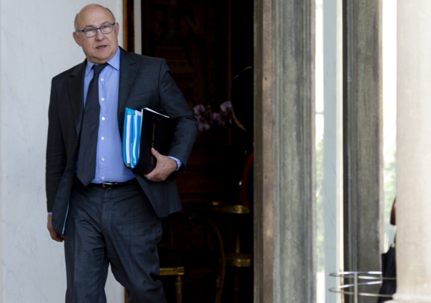 FRANCE, Paris : French Finance minister Michel Sapin, leaves the Elysee palace on October 1, 2014, in Paris, after the weekly cabinet meeting. AFP PHOTO/ ALAIN JOCARD