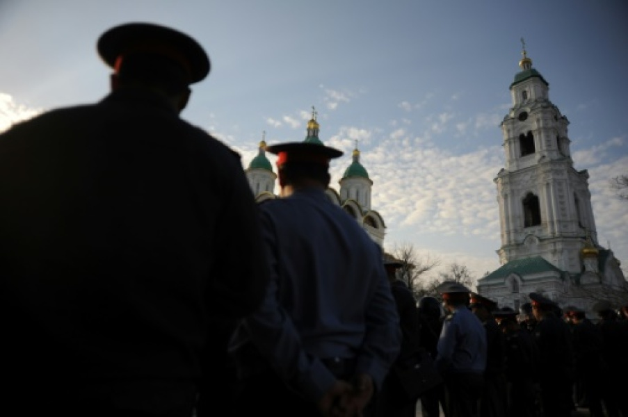 Police officers cordon off a square in the southern Russian city of Astrakhan, on April 14, 2012, during a rally Des policiers rassemblés sur une place à Astrakhan, dans le sud de la Russie, le 14 avril 2012