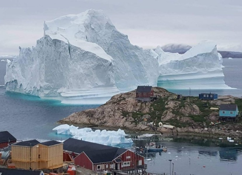 Photo de l'iceberg situé à proximité du village d'Innarsuit