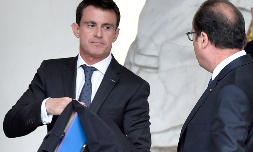 French President Francois Hollande (R) walks with French Prime Minister Manuel Valls after the weekly cabinet meeting at the Elysee Palace in Paris on October 19, 2016.  ALAIN JOCARD / AFP