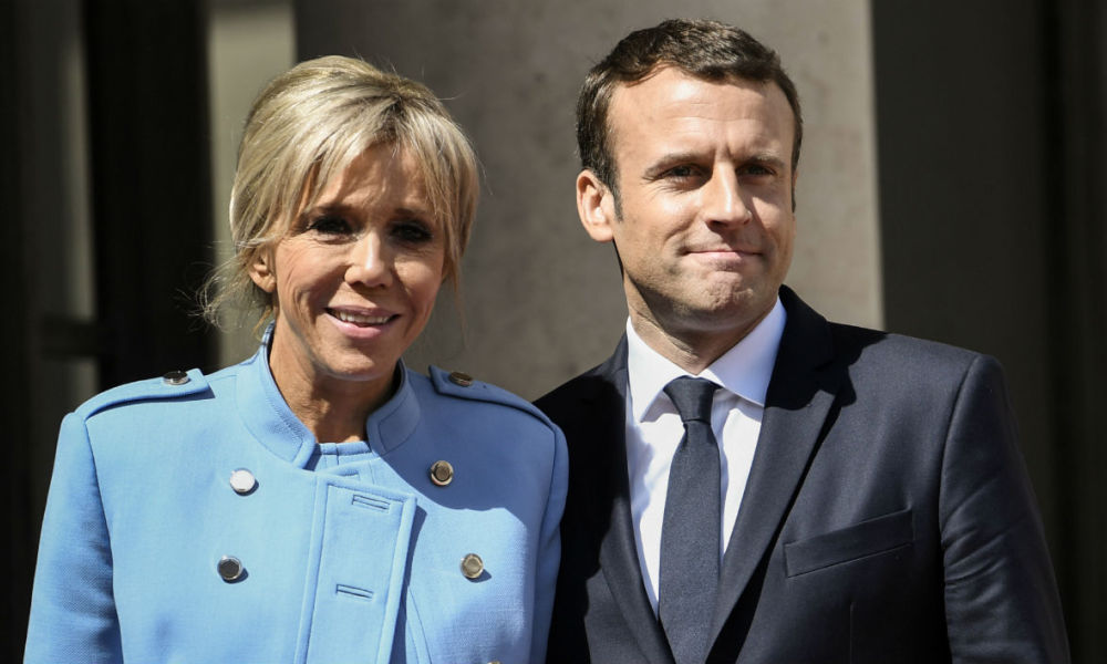 French newly elected President Emmanuel Macron (R) poses with his wife Brigitte Trogneux at the Elysee presidential Palace after the handover and prior to the inauguration ceremony on May 14, 2017 in Paris.  STEPHANE DE SAKUTIN / AFP