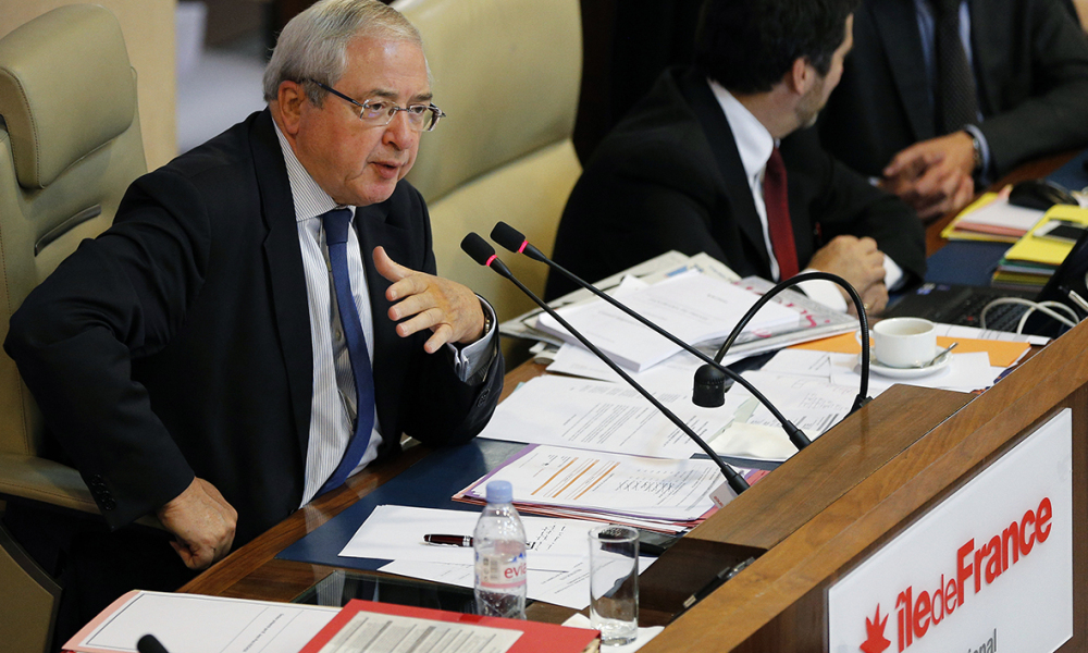 Ile-de-France Regional Council President Jean-Paul Huchon (L) speaks during his last council meeting before regional elections, on September 24, 2015, in Paris.