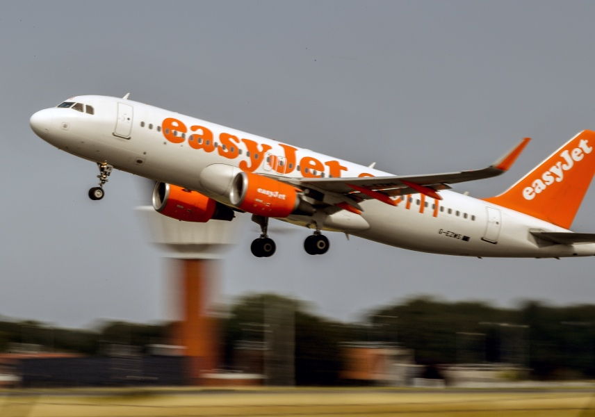 An aircraft of British low-cost airline EasyJet takes off from Lille Airport in Lesquin, northern France on August 25, 2017.  PHILIPPE HUGUEN / AFP
