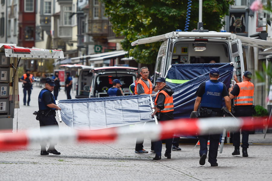 Swiss police arrive to set up a barrier at a crime scene in the old quarter of Schaffhausen, northern Switzerland on July 24, 2017, after a man armed with a chainsaw injured at least five people in an attack.