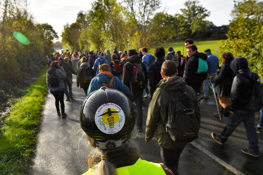 Hundreds of people take part in a march organised by opponents to a controversial international airport project in the area on October 21, 2017, in the Zad (Zone to defend) in Notre-Dame-des-Landes, western France.  LOIC VENANCE / AFP