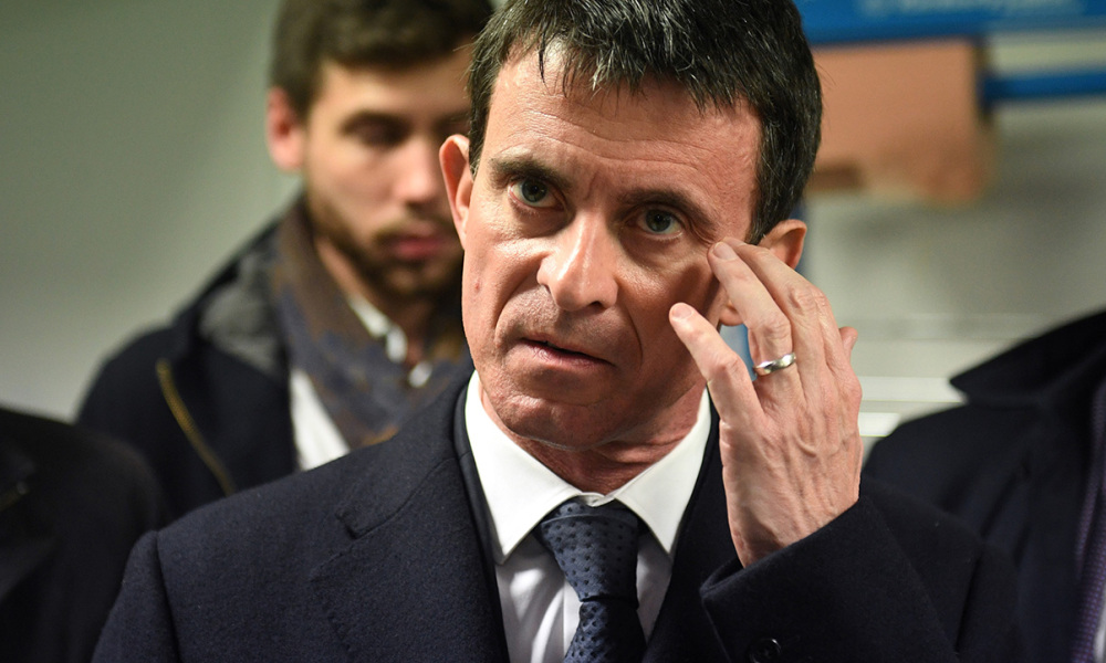Former French Prime minister Manuel Valls (L) and candidate for the Socialist Party (PS) primaries ahead of France's 2017 presidential election, visits the University of La Rochelle, on December 15, 2016, in La Rochelle, western France.