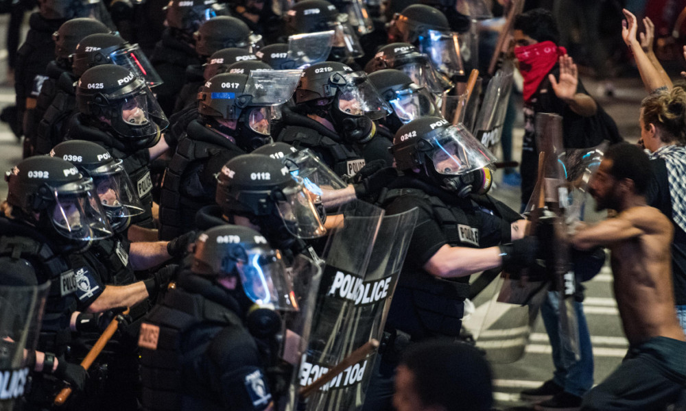 CHARLOTTE, NC - SEPTEMBER 21: Police officers engage with demonstrators on September 21, 2016 in downtown Charlotte, NC. The North Carolina governor has declared a state of emergency in the city of Charlotte after clashes during protests in the city in response to the fatal shooting by police officers of 43-year-old Keith Lamont Scott at an apartment complex near UNC Charlotte. Sean Rayford/Getty Images/AFP  Sean Rayford / GETTY IMAGES NORTH AMERICA / AFP