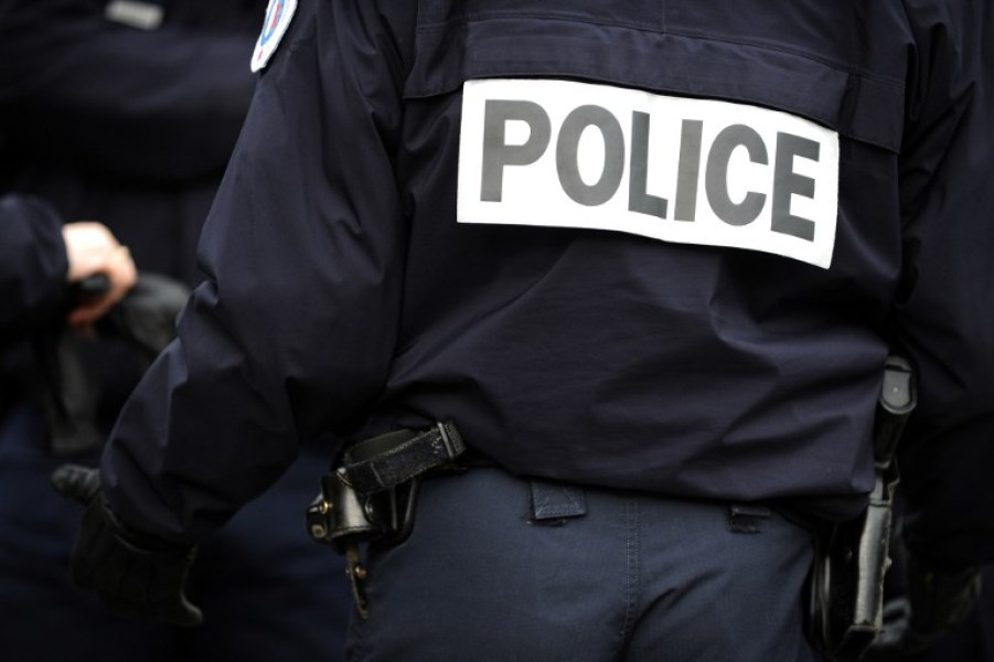 Un policier photographié de dos en mars 2017 en France (image d'illustration)