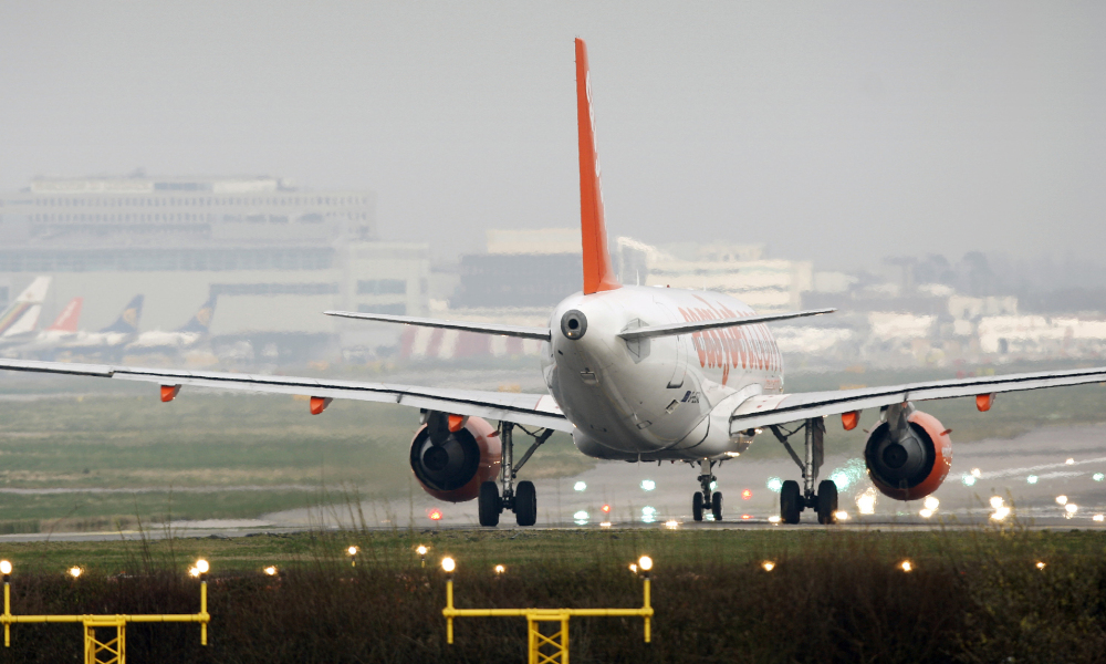 Un avion sur une piste de Gatwick. (photo d'illustration)