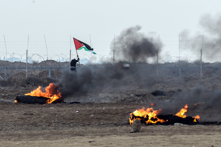 Palestinian protesters clash with Israeli forces near the Israel-Gaza border east of the southern Gaza strip city of Khan Yunis on December 29, 2017.  SAID KHATIB / AFP
