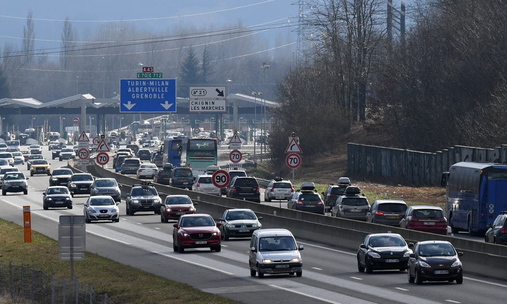 Vehicles run in a heavy traffic on the A43 highway, leading to the French Alps ski resorts on February 10, 2018 in Chignin central eastern France.  JEAN-PIERRE CLATOT / AFP