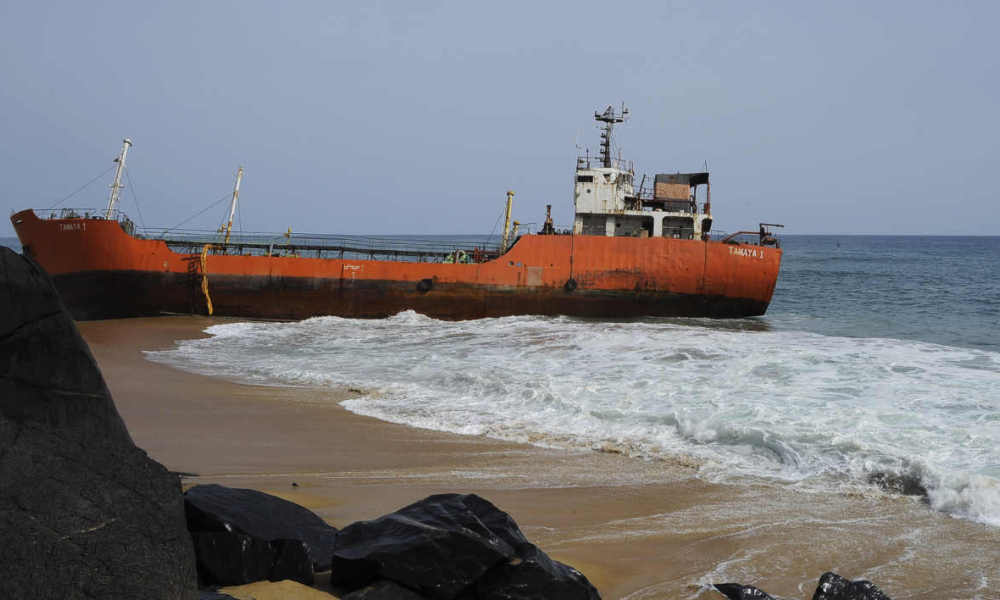 bateau fantôme Liberia TO GO WITH AFP STORY BY ZOOM DOSSO A picture taken on May 12, 2016, shows an empty oil tanker that drifted onto the beach in Robertsport, western Liberia. Robertsport is known as a surfers' paradise, attracting beach bums from afar to its epic breaks and chilled nightlife, but when the ship disturbed its golden shores usually troubled only by baby