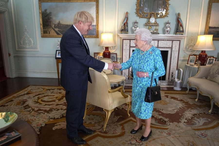 Boris Johnson et la reine Elizabeth II à Buckingham Palace.