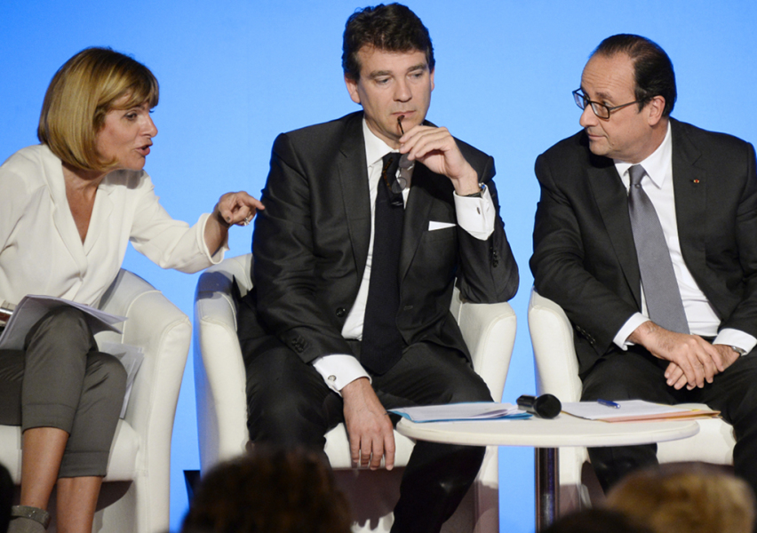 """Innovation 2030 Commission Chair Anne Lauvergeon (L) speaks to French President Francois Hollande (R) and French Economy Minister Arnaud Montebourg during a reception honouring the first 110 laureates of the worldwide innovation challenge """"Innovation 2030"""" at the Elysee Palace in Paris on July 23, 2014, flanked by and . AFP PHOTO / POOL / BERTRAND GUAY"""