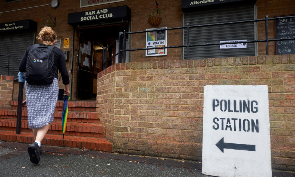 brexit - A woman arrives to cast her vote at a polling station in south London on June 23, 2016, as Britain holds a referendum on whether to remain in, or to leave the European Union (EU). Millions of Britons began voting Thursday in a bitterly-fought, knife-edge referendum that could tear up the island nation's EU membership and spark the greatest emergency of the bloc's 60-year history. NIKLAS HALLE'N / AFP