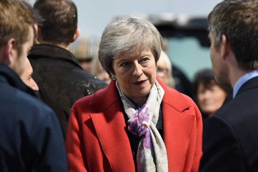 Theresa May manteau rouge