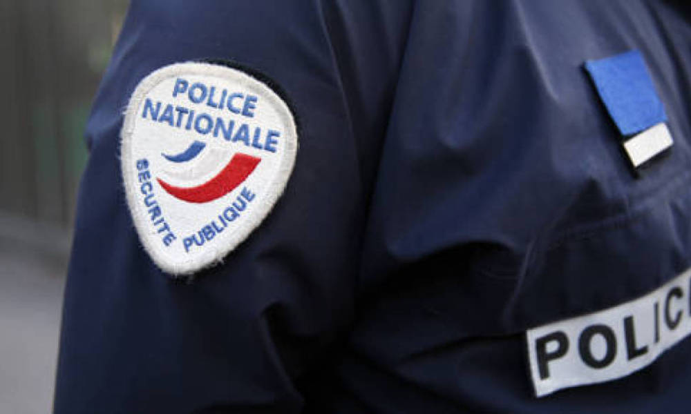 Détail d'un uniforme de police. (Illustration)