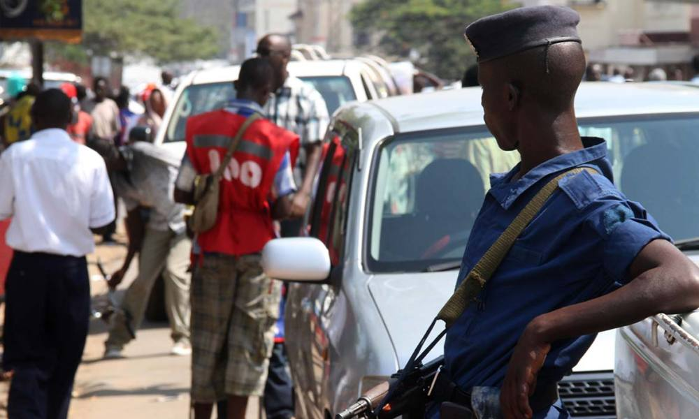 A Burundian police officer stands guard in a street in the Burundian capital on July 6, 2015 in the wake of a crisis surrounding President Nkurunziza's bid to stand for a third consecutive five-year term in office. Nkurunziza's bid is branded by opponents as unconstitutional and a violation of a peace deal that brought an end to years of civil war in 2006. AFP PHOTO / Landry NSHIMIYE