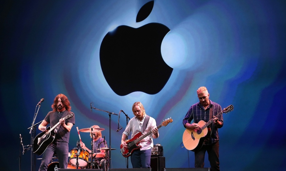 Le groupe de rock Foo Fighters jouant lors d'un concert Apple en 2012