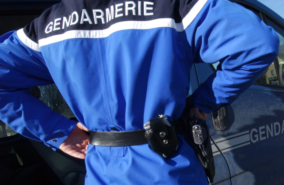 Détail d'un uniforme de gendarme. (illustration)-