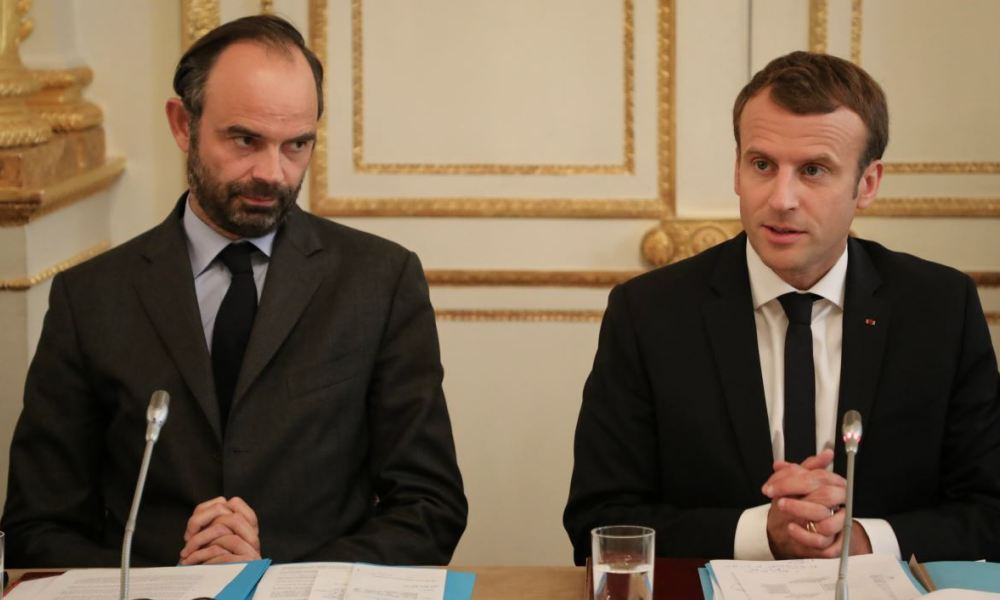 French Prime Minister Edouard Philippe (L) and French President Emmanuel Macron take part in a meeting with New Caledonia representatives in the Murat lounge, at the Elysee palace in Paris on October 30, 2017.  LUDOVIC MARIN / POOL / AFP