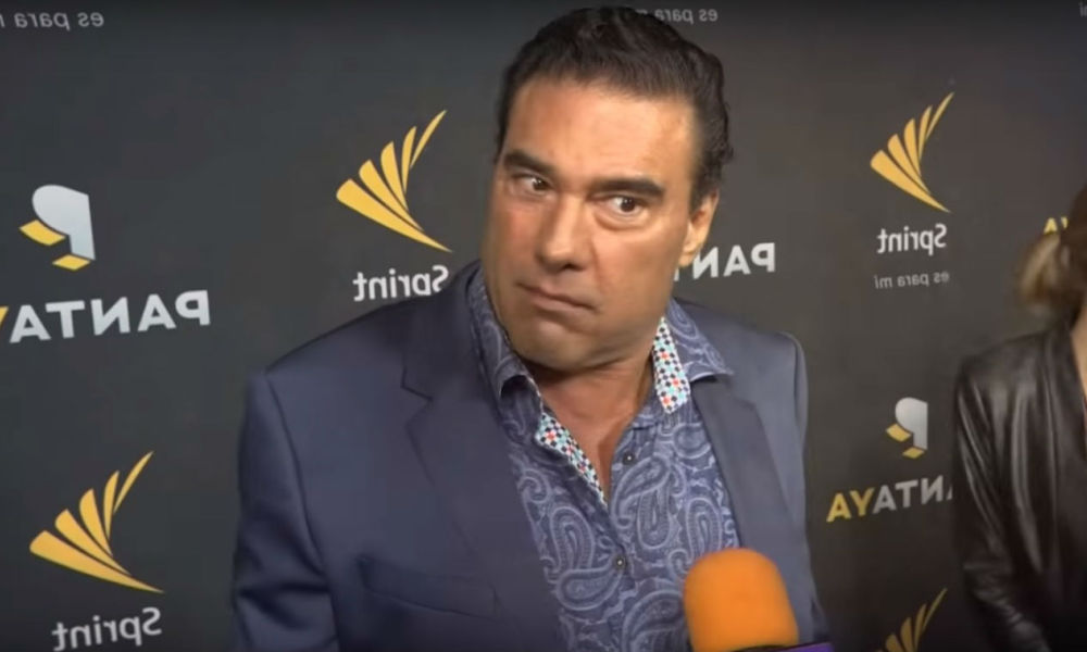 Eduardo Yanez sur le tapis rouge face au journaliste Paco Fuentes à Hollywood, le 11 octobre 2017