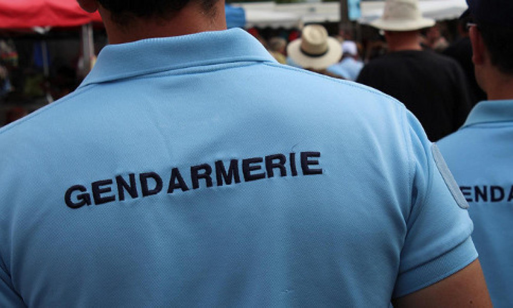 Détail d'un uniforme de gendarmerie (illustration).