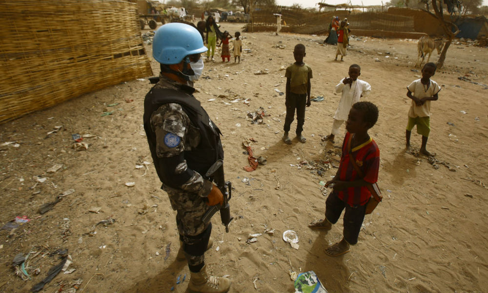 Un soldat de l'Union Africaine et des Nations Unies au Darfour dans un camp de déplacés en avril 2016