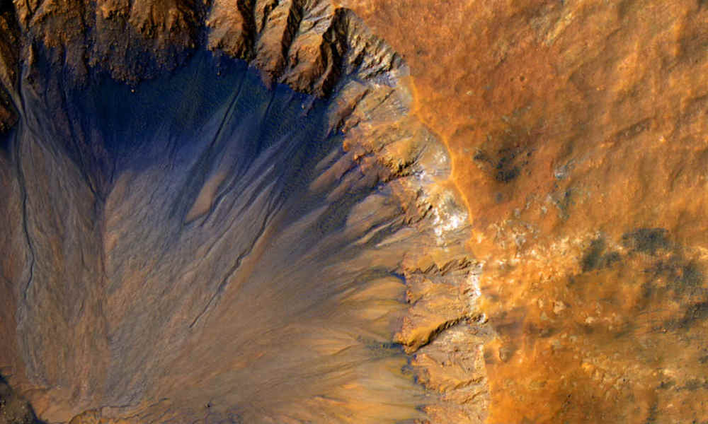 """Planète Mars ExoMars: This NASA/JPL/University of Arizona handout image obtained June 7, 2015 shows a closeup of a """"fresh"""" (on a geological scale, though quite old on a human scale) impact crater in the Sirenum Fossae region of Mars captured by the"""