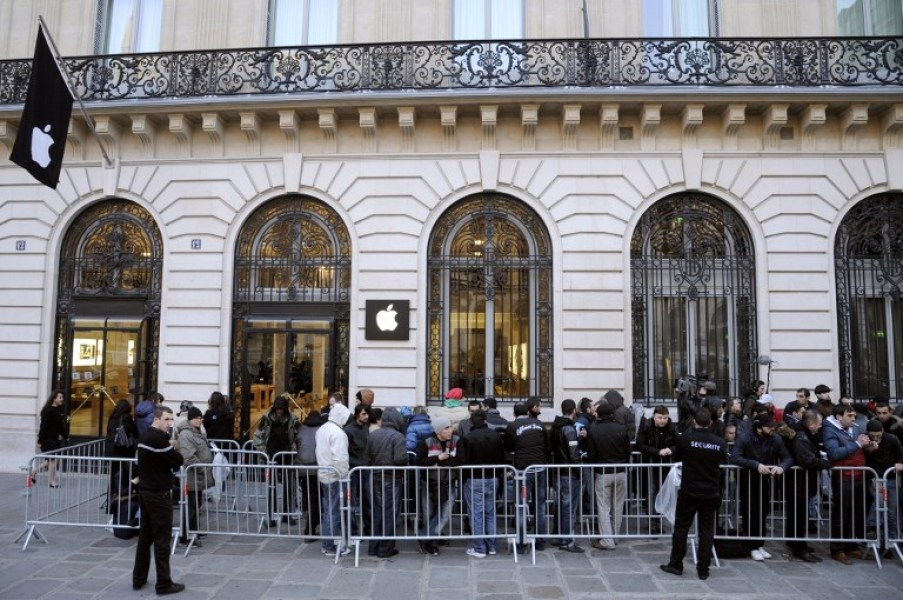 Une file d'attente devant l'Apple Store d'Opéra à Paris