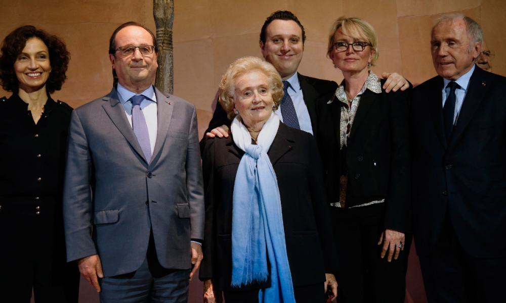 """(From L-R) French Culture Minister Audrey Azoulay, President Francois Hollande, former first lady Bernadette Chirac, her grandson Martin Rey-Chirac and daughter Claude Chirac, and French businessman Francois Pinault, pose during the inauguration ceremony of the exhibition """"Jacques Chirac ou le dialogue des cultures"""" at the Musee du quai Branly in Paris on June 20, 2016. This major exhibition is devoted to former French President Chirac, Quai Branly Museum founder, who was passionate about non-European arts and different civilizations.  JACKY NAEGELEN / POOL / AFP"""
