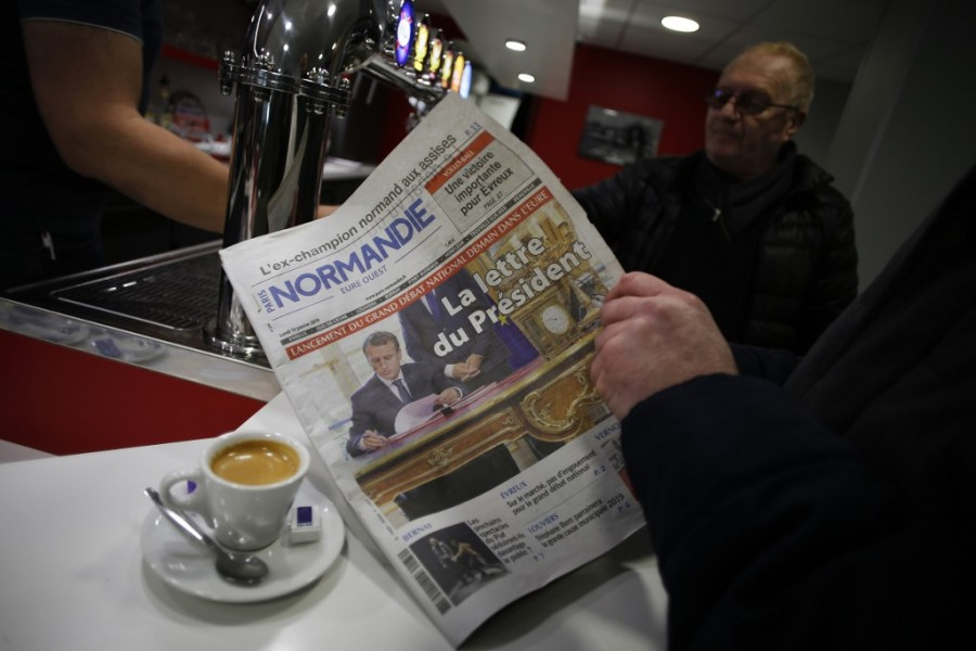 "Le journal ""Paris Normandie"" entre les mains d'un lecteur, le 14 janvier 2019. (Photo d'illustration)"
