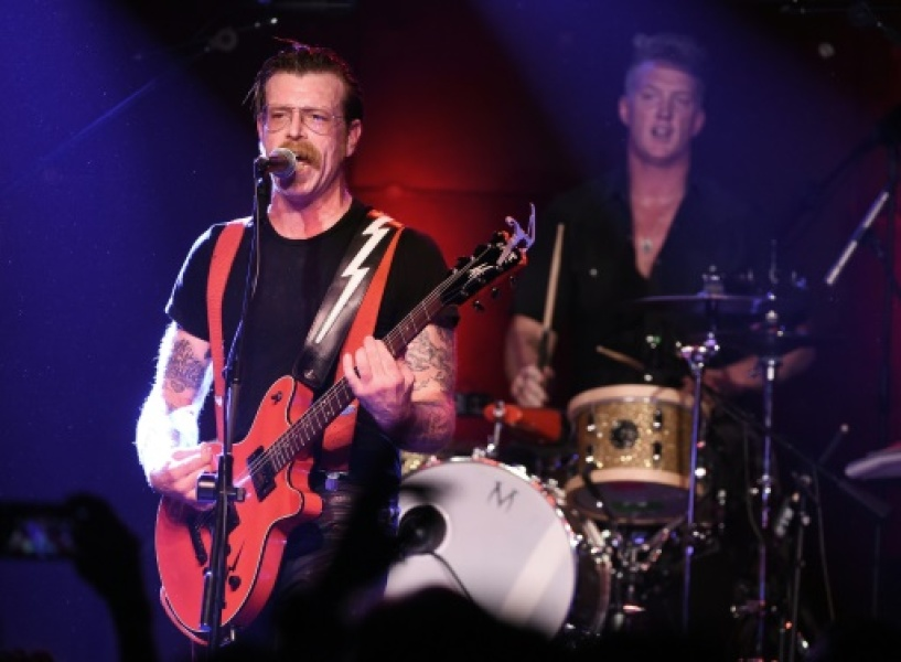 Le chanteur Jesse Hughes (g) et Josh Homme du groupe Eagles of Death Metal au Teragram Ballroom à Los Angeles le 19 octobre 2015