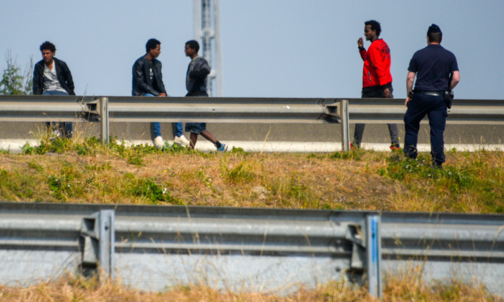 Une rixe éclate entre une centaine de migrants africains à Calais (VIDEOS)