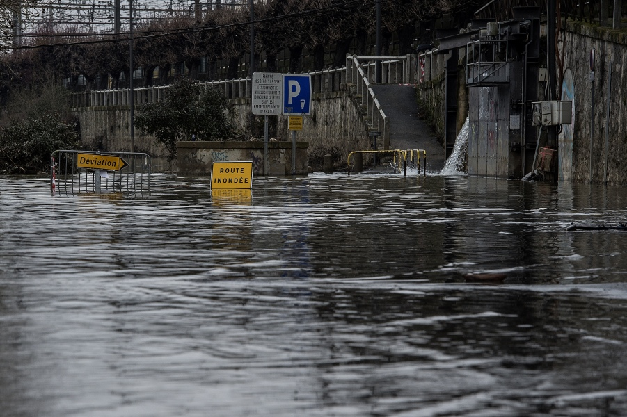A picture taken on February 20, 2018 shows signs on the flooded bank of the Seine river in Villeneuve-Saint-Georges, south-east of Paris, which suffered from flooding after days of heavy rains hit the country.  CHRISTOPHE ARCHAMBAULT / AFP