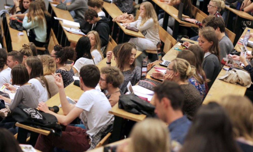 Des étudiants en sciences assistent à une réunion lors de leur première journée de cours après la pause estivale, à l'université de Caen, le 14 septembre 2015 (photo d'illustration) - harly Triballeau - AFP