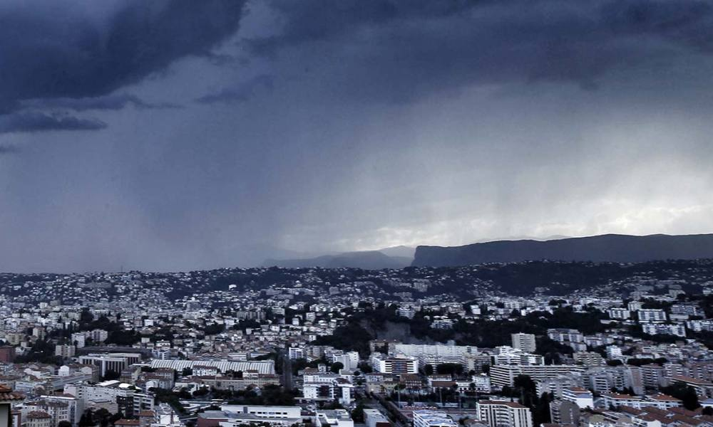 pluie meteo tempete orage An approaching storm looms over the French riviera city of Nice, southeastern France, on June 15, 2015. AFP PHOTO / VALERY HACHE