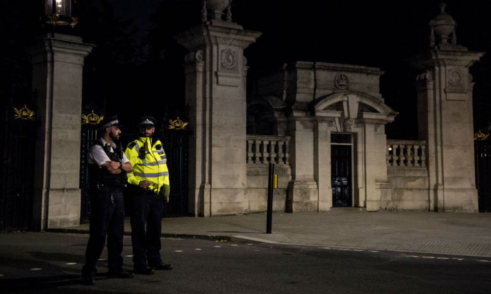 Des policiers en faction devant Buckingham Palace, le 26 août 2017.