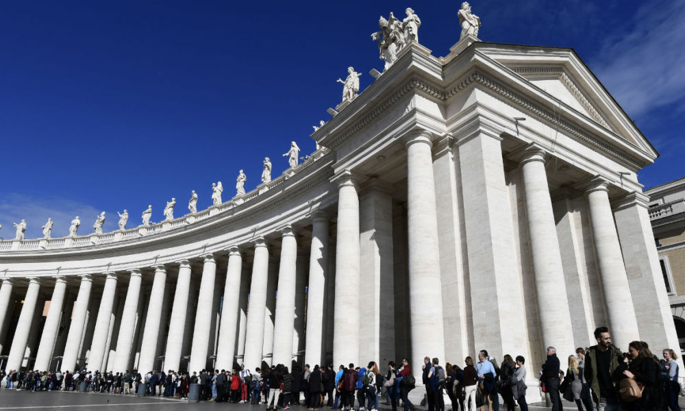 Visitors queue outside the Saint Peter's Basilica in the Vatican city, on February 10, 2017.  MIGUEL MEDINA / AFP