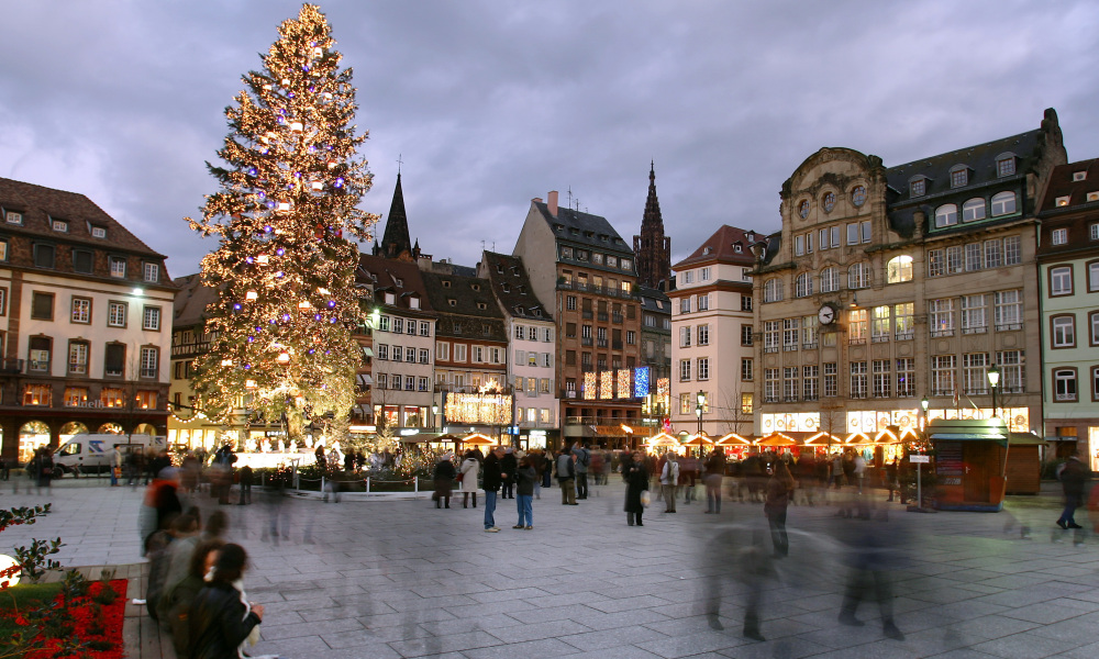 Picture taken 13 December 2007 in Strasbourg, eastern France, of a giant christmas tree set up on the Kleber place. AFP PHOTO FREDERICK FLORIN FREDERICK FLORIN / AFP