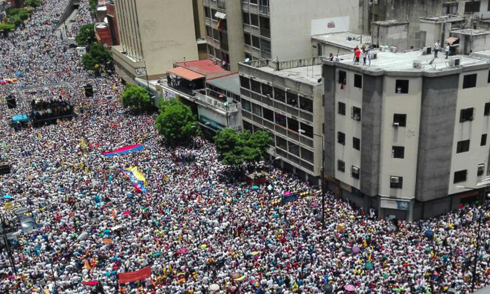 Opposition activists march in Caracas, on September 1, 2016. Venezuela's opposition and government head into a crucial test of strength Thursday with massive marches for and against a referendum to recall President Nicolas Maduro that have raised fears of a violent confrontation. STR / AFP